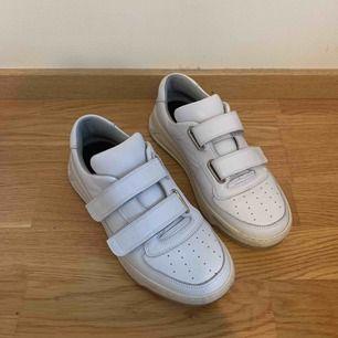 Supersnygga skor från acne studios, storlek 39 men passar 38-40. Ena metallgrejen har gått av på högra skon(syns ej med långa byxor) och den på vänstran är lite lös men går att fixa hos en skomakare för ca 100kr. Köpte dem för 3000kr