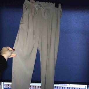 Gråa kostymbyxor från bik bok i storlek xs som inte kommer till användning längre. Dem är i ett bra skick😊