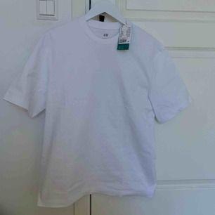 En vit T-shirt som jag köpte nyss men som var för liten och jag har ej tid att lämna tillbaka. Köpt för 99kr 🌸kan mötas i Uppsala annars står köparen för frakt🌸