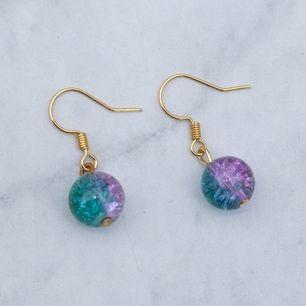 Guldfärgade örhängen med flerfärgade glaspärlor, nickelfria. Fri frakt vid köp över 100:-
