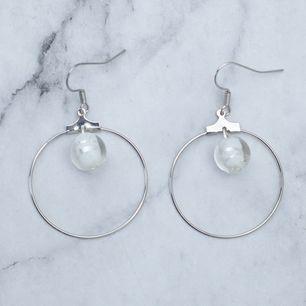 Silverfärgade örhängen med glaspärlor, nickelfria. Fri frakt vid köp över 100:-