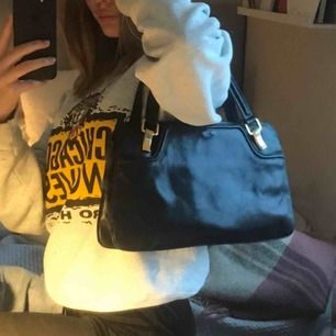Så snygg vintage handväska från beyond retro 💕💕 väskan har tre stor fack, kontakta mig för fler bilder. Den är svart med guld detaljer. Fint skick och aldrig använd. Kan mötas upp i Uppsala annars står köparen för frakten!