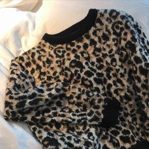 (Bilden är lånad) Fin tröja med leopardmönster! Passar XS-M