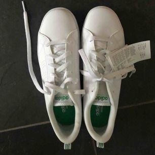 Helt nya Adidas skor i storlek 38,5. Skorna är som sagt aldrig använda och har lappen kvar.