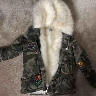 Snygg vinterjacka i militärmönster köpt från madlady jackan är använd ett fåtal gånger, pälsen är lite svart men det går bort i tvätten (kemtvätt) annars bra skick, pris går att diskutera