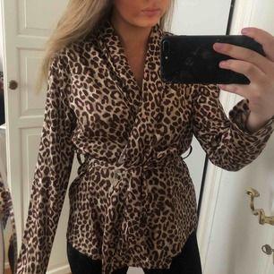 Leopardmönstrad blus från Bubbleroom X Carolina Gynning