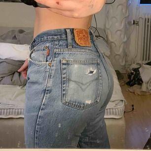 Skitsnygga slitna jeans från Henry Choice. Noll stretch, raka i modellen.