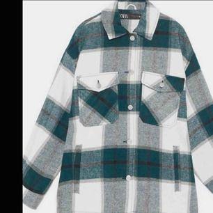 Säljer en trendig jacka från Zara.  Såå bra sick!! Använd 2 gg Vi kommer tillsammans fram till ett bra pris!❤️