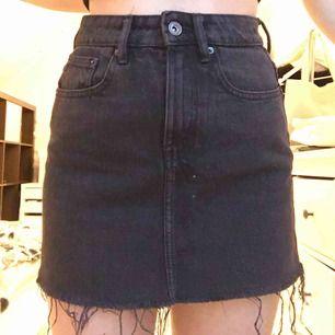 Svart kjol från Zara, jättefin och skön men har tyvärr blivit för liten för mig💘frakt tillkommer