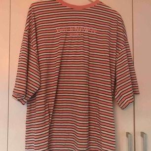 T-shirt klänning från missguided. Går även att ha som oversized t-shirt om man stoppar in