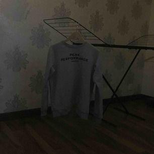 En peak sweatshirt, mjukt material köpt på kidsbrandstore för 2 månader sen ,  Nypris 599 Frakten är inräknad i priset och sicket är som nytt! Har du fler frågor? Skriv till mig på meddelande Fraktar snabbt!