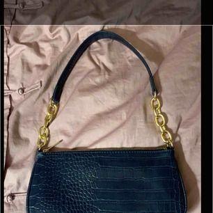 """Populär väska från glitter! Fin väska och aldrig använd och där med kommer inte till användning. Den är en väldigt fin blå färg och """"skinnet"""" är absolut INTE ÄKTA. Kan mötas upp i Sthlm/söder och kan frakta men köpare står för frakten"""
