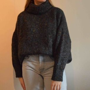 Säljer min snygga oversized stickade tröja ifrån Chiquelle. Är storlek S men som sagt så är den väldigt oversized. Har en polokrage! Frakt ingår ej! ☀️