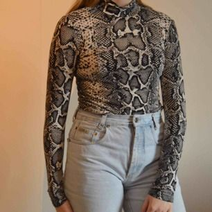 Säljer min snygga tajta polotröja ifrån Gina tricot i storlek M. Väldigt mjukt material och väldigt stretchig. Frakt blir 39kr ☀️