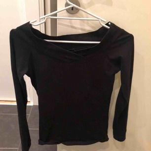 En vanlig svart tröja, antigen så har man den som vanligt eller off-shoulder