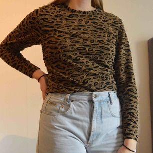 Säljer denna snygga tröja ifrån NA-KD i storlek S. I ett snyggt leopard mönster🐆 Frakt 39kr