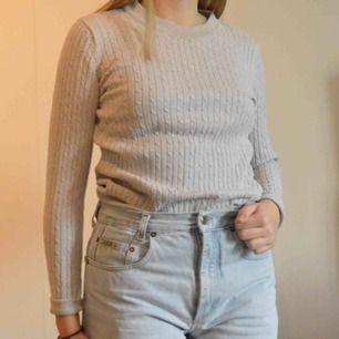 Säljer denna snygga gråa tröja ifrån Gina tricot i storlek L. Men skulle snarare säga S. Den är inte så stretchig! Frakt 39kr ☀️