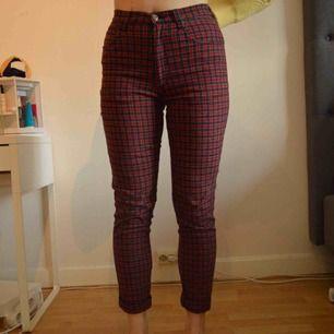 Säljer dessa URsnygga byxor i storlek 38! Byxorna är superstretchiga och sitter väääldigt skönt på benen. Köpte byxorna secondhand så vet inte vad det är för märke! Byxorna har dock ett liiiitet hål som inte syns.