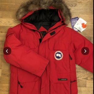 Röd Canada Goose jacka i mycket gott skick (inga skavanker)! Äkta! Mycket varm och passar både man och kvinna. Tags finns kvar. Style: 4565MR. Säljer på Blocket för 2000kr. Nypris ca 9500kr.