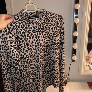 Jätte fin polotröja med leopard mönster från bikbok i storlek S. Som ny då jag inte använt tröjan så många gånger, tror att denna kan komma till mer användning för någon annan!!