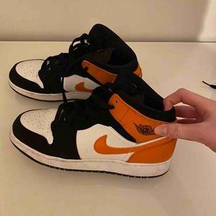 Ett par Air Jordan 1 mid i storlek 40. Knappt använda därav att jag säljer dom. Dom är i väldigt bra skick bortsett från att sulan är lite smutsig;)