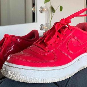 Jättesnygga röd/rosa Nike air force 1 i bra skick, säljer då jag inte längre får användning av dom. Skriv för fler bilder :)