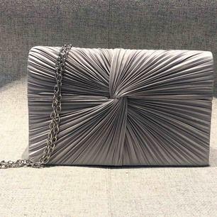 Glitter Väska  Färg: Silver  Pris: 20kr  Använd 1 gång