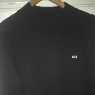Säljer en jättefin och jätteskön Tommy Jeans sweater med hög hals och lite vintage känsla! Använd 2 ggr Strl XL men sitter som en M-L Nypris-1000 Mitt pris-700 med fri frakt