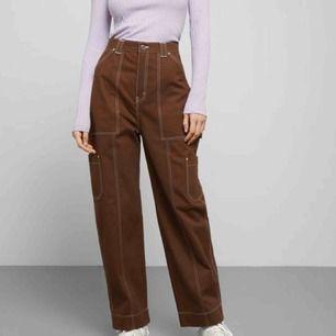 """Sååå snygga bruna jeans med vita sömmar i modellen """"grow trousers"""" från weekday! Är inprincip oanvända och därmed nyskick! Storlek 36, passar ca S-M! Skriv vid frågor! Möts i Sthlm eller Norrköping eller fraktar mot kostnad! Nypris är 500kr! Kram❤️"""