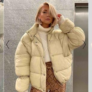 Puffer jacket ifrån Nakd i beige, storlek 34, aldrig använd!!