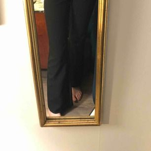 Kostym-aktiga byxor köpta på episode i Köpenhamn. Aldrig använda. Liiiite kort på mig och är ca 175cm💕💕