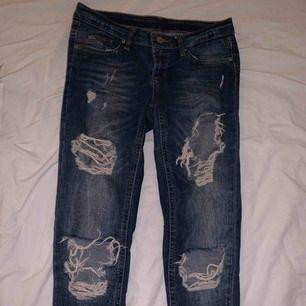 Tighta lågmidjade jeans med dragkedja nedtill. Vet tyvärr inte vilket märke det är på jeansen och det står ingen storlek, men skulle säga att det är S/XS. Frakt är inräknat i priset som står. Betalning sker via Swish!