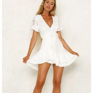 Vit klänning i helt nyskick från Hello Molly, säljes pga. inte passar mig. Köptes för 600 inkl. frakt.