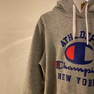 Säljer denna jätte coola champion hoodie, den är i väldigt bra skick. Då jag inte använt den så mycket, jag skulle säga att den är liten i storleken så den passar ungefär M. Köparen står för frakten💕