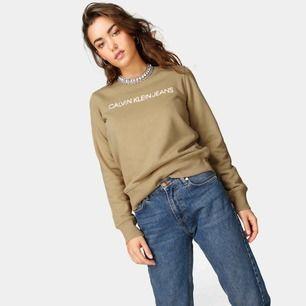 Ljusbrun/beige-aktig Calvin Klein sweatshirt i storlek S. Använd 1 gång men nyskick! Jättesnygg till ett par jeans✨ Fraktpris är 60kr. Köparen står för frakt.💫