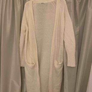 Stickad vit cardigan som är riktigt varm och mysig. Endast använd några gånger så den är i bra skick. Storlek S/M.