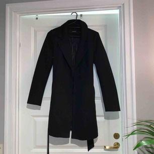 Jättefin trenchcoat/kappa från Vero Moda, köpt för ca 1 månad sedan men endast använd 2 ggr så i nyskick!!⚡️⚡️ Om den ska fraktas ligger frakten på 79kr