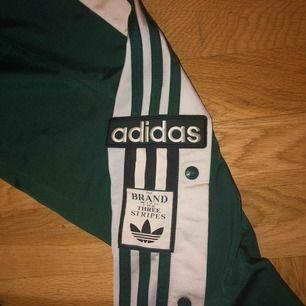 Snygga gröna Adidasbyxor med knappar. Använda sällan och är i bra skick.