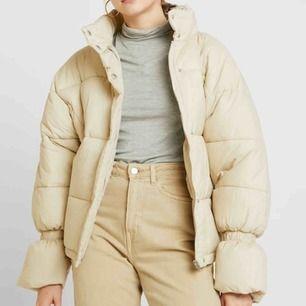 Puffer jacket från NA-KD säljs pågrund utan brist på användning