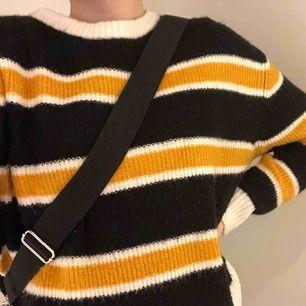 Jättemysig stickad tröja från H&M i storlek S. Använd 1-2 ggr men är i jättebra skick! Fraktpris är 55kr. Köparen står för frakt.🥰
