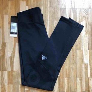 Adidas tränings tights, oanvända med prislappen kvar.