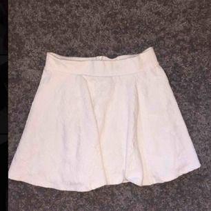 Vit fin kjol inte mycket använt, blomm mönster i vita tyget som inte syns mycket