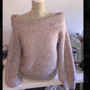 Minns inte märke om det är från Gina eller hm, men glittrig off shoulder tröja använd en gång bara