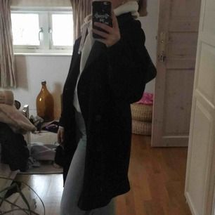 Super fin kappa i ett tjockt svart material, bra kvalité!