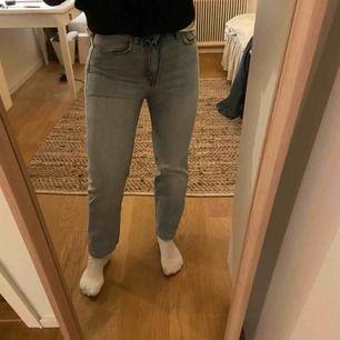 Voyage jeans från weekday. Något liten storlek på mig men sitter ändå snyggt lite tightare. Storlek 26! Använda en del men inga defekter. Köpare står för ev frakt