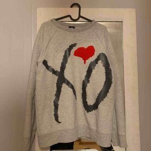 Säljer min H&Mx the weekend collage tröja pga att den ej används längre. En perfekt over size tröja. Säljer den billig men antar att det finns något sorts samlat värde i den. Herr stl Frakt tillkommer  Betalning via Swish  Pris går att diskutera