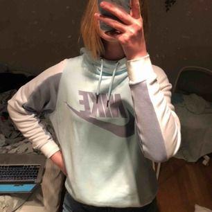 Snygg nike hoodie, använd endast en gång. Storlek S men lite stor på mig som är 173 cm.
