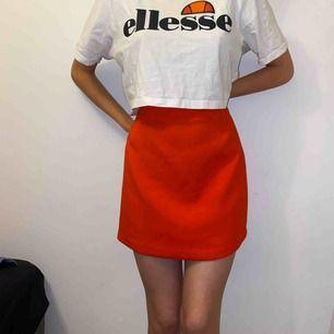 Riktigt röd kjol från H&M som dessvärre är för stor för mig (se bild 2 för att kolla hur den egentligen sitter på mig). Snyggt blixtlås i bak och i väldigt bra skick! Fraktar och möts i stockholm❤️