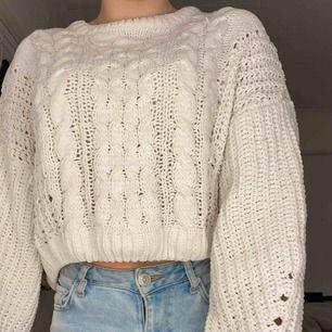Vit/beige stickad tröja ifrån Urban Outfitters i storlek S Kan mötas upp i Stockholm eller frakta