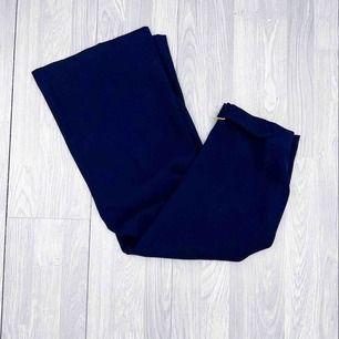 NYA fina mörkblå byxor i en kortare modell med vida ben från river Island storlek 38.  Möts upp i Stockholm eller fraktar.  Frakt kostar 59kr extra, postar med videobevis/bildbevis. Jag garanterar en snabb pålitlig affär!✨